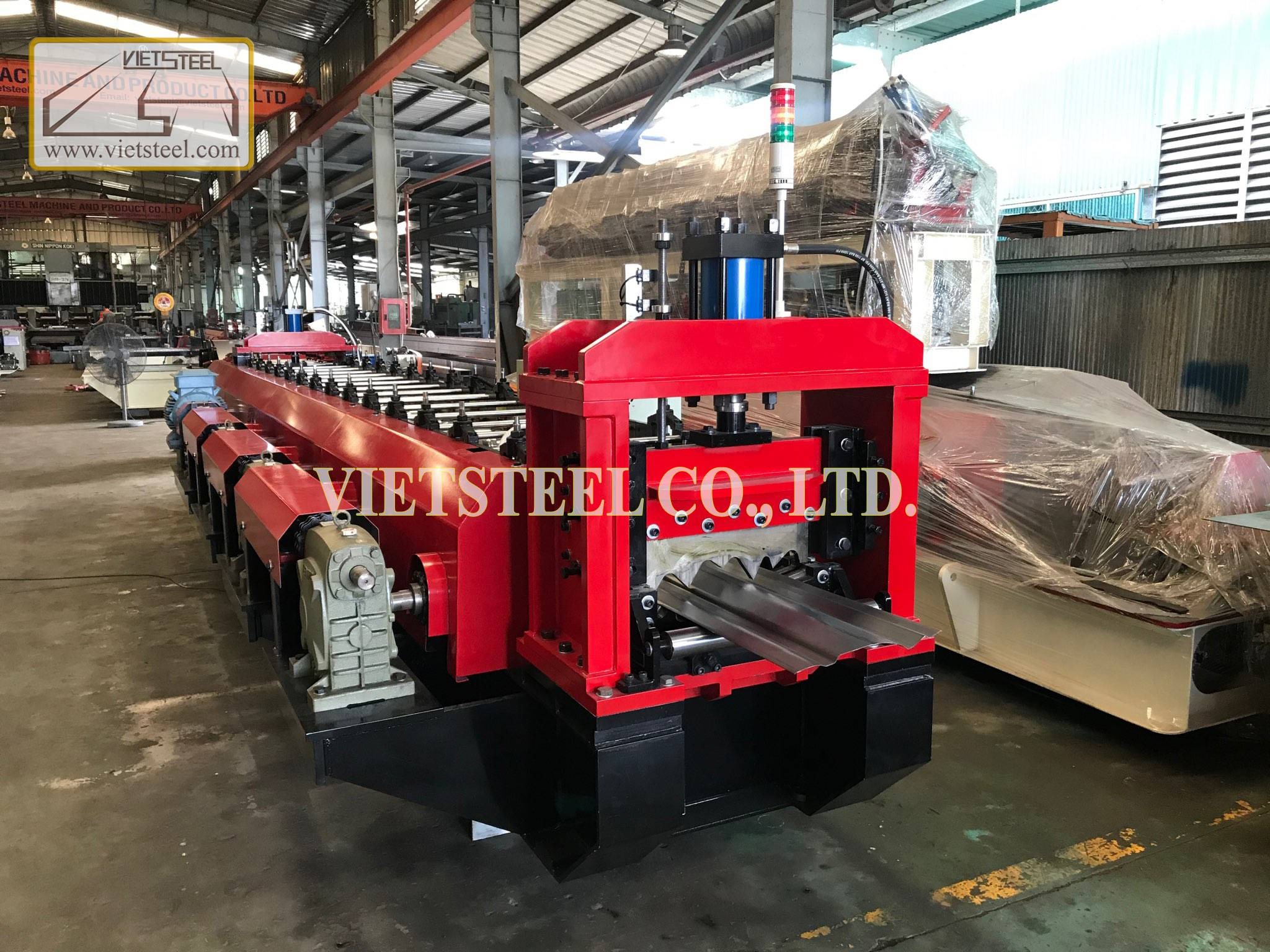 Truck side mounting roll forming machine